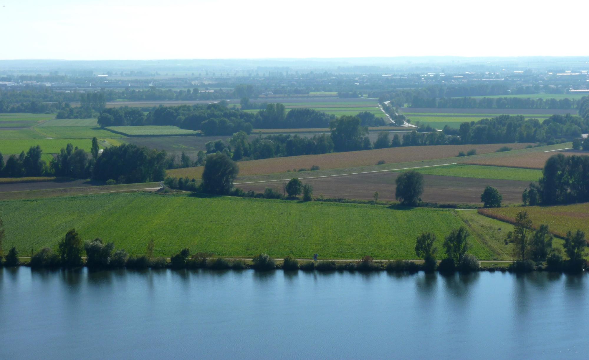Foto: Foto der Woche #066: Landwirtschaftliche Nutzflächen an einem natürlichen, linienhaft fließenden Gew
