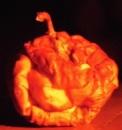 Der unheimliche Apfelschrumpfkopf (Im Kerzenlicht und leider etwas unscharf...)
